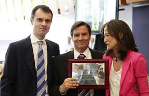 José Manuel Herrero y María de Diego con Claudio López, presidente de la Agrupación Leonesa.