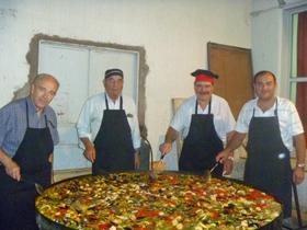 Los encargados de preparar la paella.