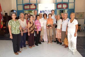 Herrero y De Diego posan con un grupo de emigrantes y descendientes de castellanos y leoneses durante su visita a la Casa de Zamora en La Habana.