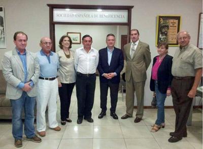 Alfredo Prada, en el centro, con al directiva de la Sociedad Española de Beneficencia de Guayaquil.