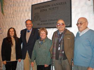 El viceconsejero, según por la izquierda, a su llegada a la Asociación Canaria Zona Norte.