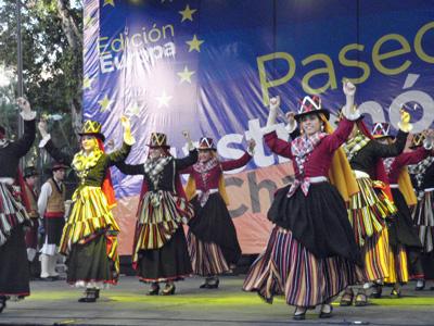 El grupo de danzas del Hogar Canario Venezolano destacó por la alegría y ritmo de sus participantes.