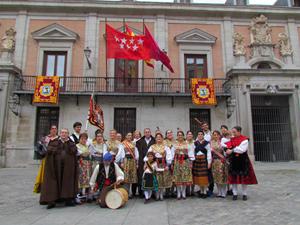 Los grupos de danzas y gaitas de la entidad, con socios, en el día de San Isidro.