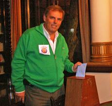 Jorge Torres votando en las elecciones del Centro Gallego de Montevideo.
