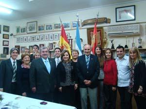 La vicecónsul Claudia Álvarez Argüelles con la directiva de la entidad.