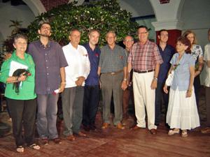 El embajador Juan Francisco Montalbán-Carrasco, (4° i.), el consejero Cultural, Pablo Platas (2°), y el consejero de Empleo, Carlos Moyano Jurado, (8°), en Holguín.