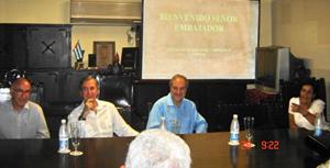 El cónsul (2º por izq.) y el embajador de España (3º), en su visita a la sede de ASCyL.