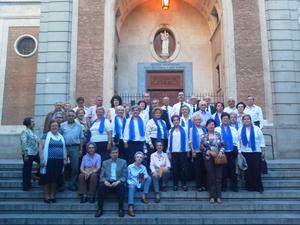 Asistentes a la misa con los miembros de la Coral Helmántica.