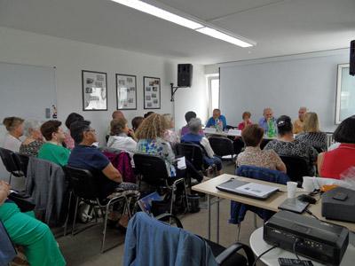 Los asistentes escuchan al jefe de la sección de Empleo y Seguridad Social, Jesús López Lerma.