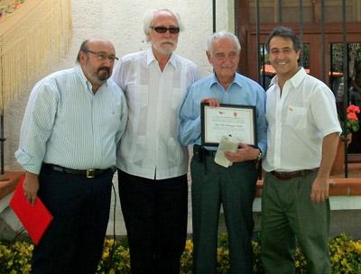 Fidel Domínguez con el reconocimiento de Madrileño Distinguido 2013 y a su derecha Miguel Ángel Fernández y a su izquierda el presidente de La Casa de Madrid en México, Jose Luis Beato.