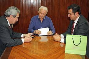 Graciano Torre, Manuel Arias y el director general de Comercio y Turismo, Julio González Zapico, en el momento en que el consejero de Economía entrega un detalle de Asturias al presidente del Centro Asturiano.