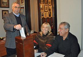 El delegado del Centro Gallego votando en elecciones de la FIEU.