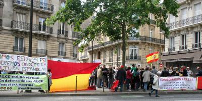 Manifestación ante la Embajada de España en París.