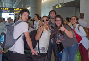 Los jóvenes a su llegada al aeropuerto de Lavacolla en Santiago.