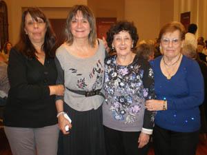 Hernando, segunda por la izquierda, junto a las beneficiarias del Programa Añoranza.