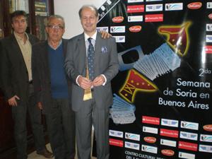 Gonzalo Iglesias, Álvaro y Guisado posan junto a la pieza ganadora del Concurso de Carteles.