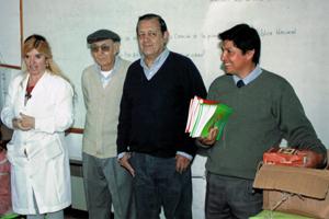 La directora de la escuela 17 Marianela Pereira con directivos de la Asociación Española de Salto, Walter Muñoz su presidente Luis Avellanal y Ángel Lima.
