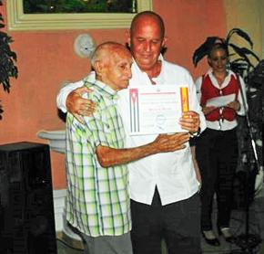 Juan A. Orallo le entregó el diploma a Antonio Apolinar Fernández Gamb.
