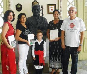 Los alumnos con los libros del Grupo España Exterior y Tresctres Editores.