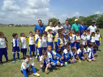 Directivos y el equipo infantil del Casa Canaria F. C.