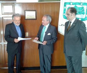 Juan Cervera, Rafael Gómez y Augusto Rodríguez, presidente del Casino Español, desvelan la placa conmemorativa.