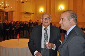 Uno de los socios homenajeados y a la derecha el presidente del Centro Español, Víctor Moldes.