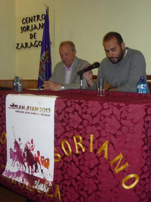 Pregón sanjuanero por Daniel Andres (derecha) y a su lado el presidente del Centro, Fernando García.