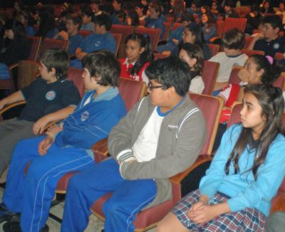 Los niños y niñas del Santiago Apóstol siguieron con mucha atención el espectáculo.
