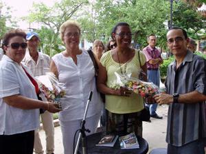 Juana Caridad Fernández y Doreya Véliz recibieron ramos de flores.