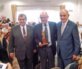 El Dr. Gáspari con el presidente y vicepresidente del Centro de Castilla y León Mar del Plata momentos después de haber recibido la distinción.