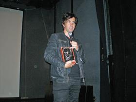 Chapero Jackson presentó su película con un ejemplar de las Obras Completas de Machado en sus manos.