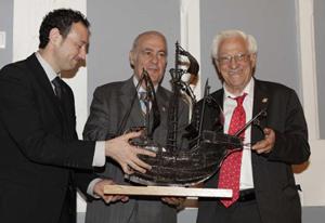Guillermo Martínez y José Luis Casas entregaron al Padre Ángel (derecha) 'La Carabela 2013'.