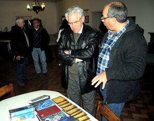 El presidente del Hogar, Ángel Domínguez, junto al donante del material, Mario Corrales.