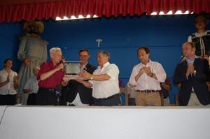 Momento en el que se entrega la placa al Ayuntamiento de Quintana Redonda.