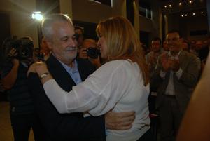 José Antonio Griñán y Susana Díaz se abrazan tras la reunión del PSOE-A que propuso la candidatura de la segunda.