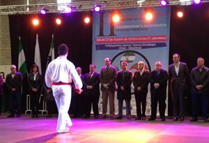 El consejero de Salud y Política Social de la Junta de Extremadura, Luis Alfonso Hernández Carrón (centro), en el II Encuentro de Federaciones de Emigrantes en el País Vasco del año pasado, en Eibar.