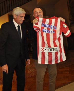El embajador recibe la casaca del Atlético con su nombre.
