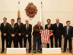 El presidente Mujica recibe la camiseta del plantel del Atlético de Madrid.