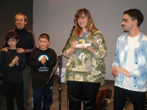 La ganadora del Premio del Público, Cinthia Rajschmir, recibió la estatuilla acompañada por sus familiares.