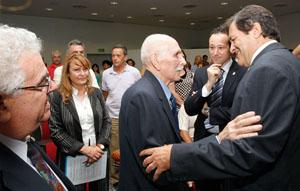 Javier Fernández saluda a Venancio Blanco, del Club Tinetense Residencia Asturiana (Buenos Aires), ante Guillermo Martínez.
