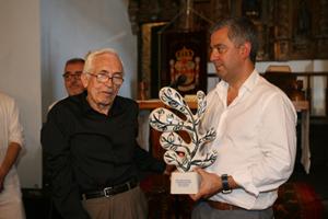 Valentín García entrega su premio a Xosé Neira Vilas.