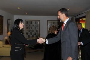 El Príncipe recibe el saludo de la presidenta de la Asociación de Jóvenes Españoles en Paraguay, Sandra González, durante el encuentro con la colectividad española.