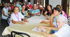 A la  izquierda, la presidenta de la FAAC, María A. Marcos Alonso, María Rosa González y María Cruz. A la derecha, la presidenta del CAC, Ángeles Mª Vega Fernández, y la directiva y MsC, Mª Asunción Álvarez Fernández.