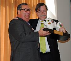 Ramón Trespalacios, izquierda, recibe el galardón.