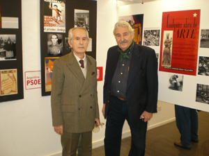 Mues, a la izquierda, junto al secretario de Cultura del PSOE en Buenos Aires, Andrés Hernández, en una muestra sobre la Segunda República celebrada en la sede socialista el año pasado.
