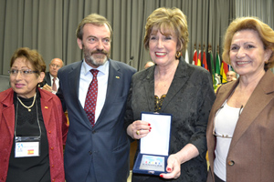 Carmen Gómez Bley recibe la placa de manos de Ricardo Martínez, con Ana Mª Serrano (dcha.) y María del Carmen Acirón, presidenta del Centro Valenciano de São Paulo.