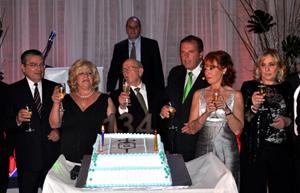 La tarta del 134º aniversario con los directivos del Centro Gallego de Montevideo.