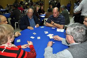 Competidores en la jornada inicial en un juego de cartas.