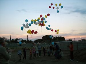 Suelta de globos por niños de la colectividad en el Plaza de España.