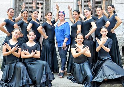 Foto del 'Grupo Olé Olé' y la profesora Martha Egusquiza.